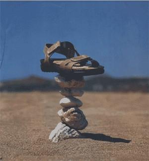 Сандалия выполняет функцию камня